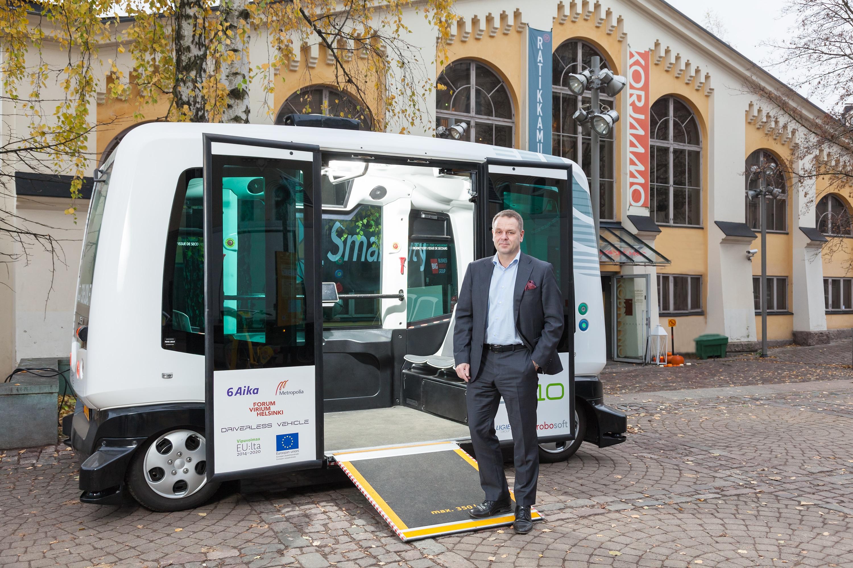 Helsingin pormestari Jan Vapaavuori robottibussissa